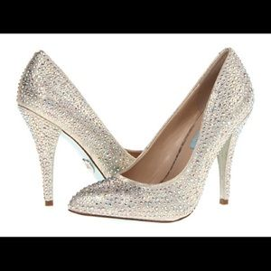BLUE BY BETSEY JOHNSON POINTY TOE SHINE PUMPS